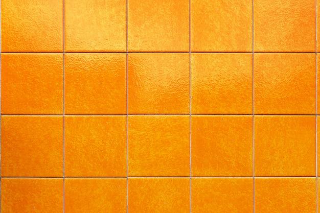 Piastrelle di yelloe sull'esterno dell'edificio in strade, portogallo
