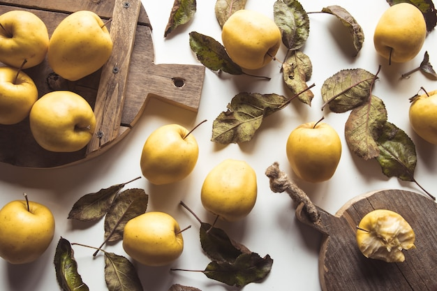 Mele gialle su una tavola a fette in stile vintage