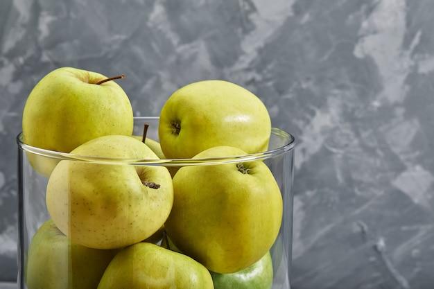 Mele gialle sul tavolo. vista dall'alto con copia spazio su sfondo grigio pietra.