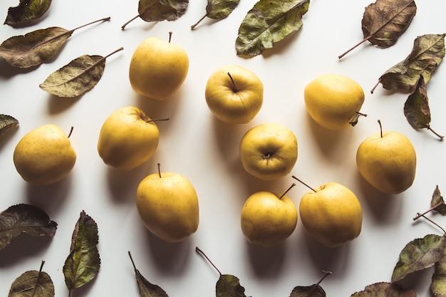 Mele gialle su sfondo bianco, cibo sano, agricoltura, vegetariano