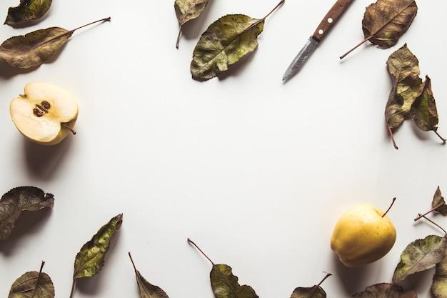 Mele gialle su un alimento bianco e sano, agricoltura, vegetariano