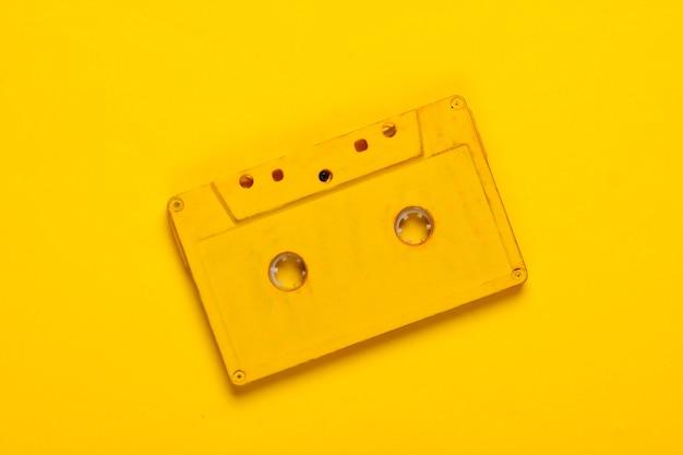 Audiocassetta gialla su colore giallo