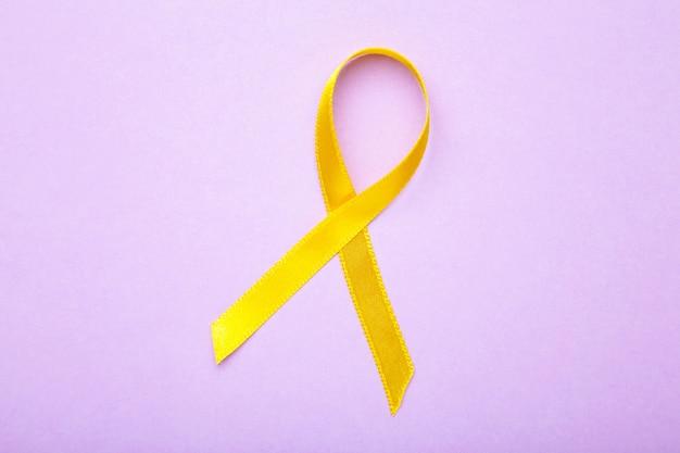 Nastro giallo di consapevolezza sulla superficie viola