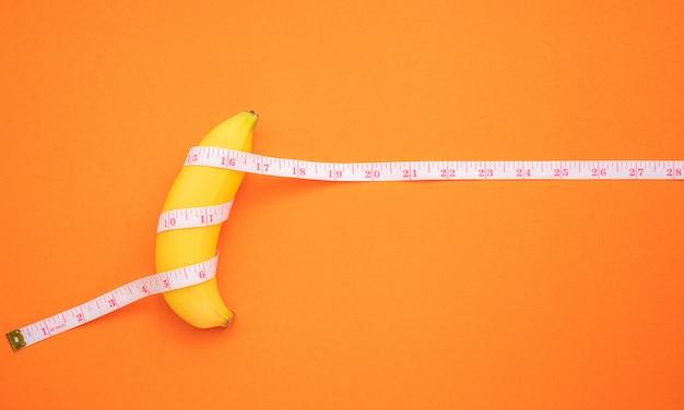 Banana gialla con nastro di misurazione