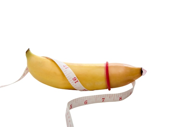 Banana gialla con misurazione e preservativo, concetto di sesso di sicurezza
