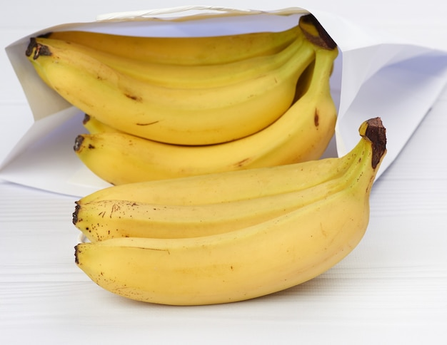 Banane gialle su un tavolo bianco