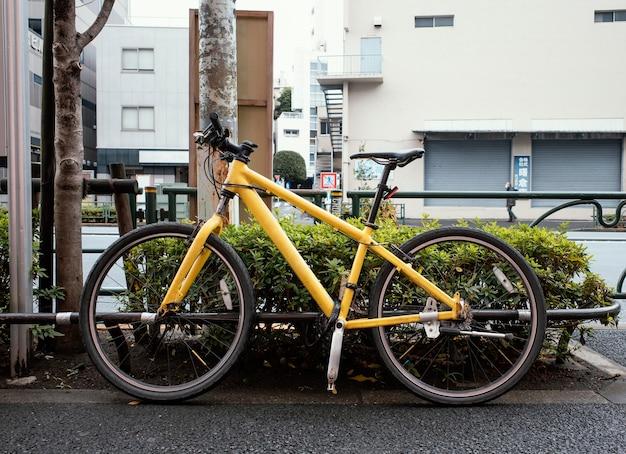Bicicletta gialla con dettagli neri