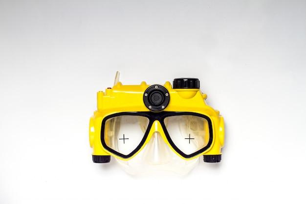 Macchina fotografica gialla e nera della maschera di immersione subacquea su fondo bianco