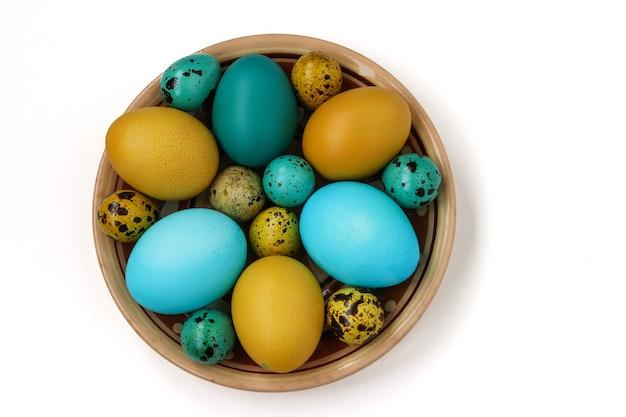 Giallo e blu di pollo e uova di quaglia per pasqua, concetto di vacanza di primavera, vista dall'alto