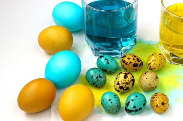 Giallo e blu di pollo e uova di quaglia per pasqua, concetto di vacanza di primavera
