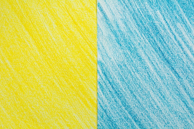 Schizzo giallo e blu del disegno del pastello del colpo sul fondo del libro bianco.