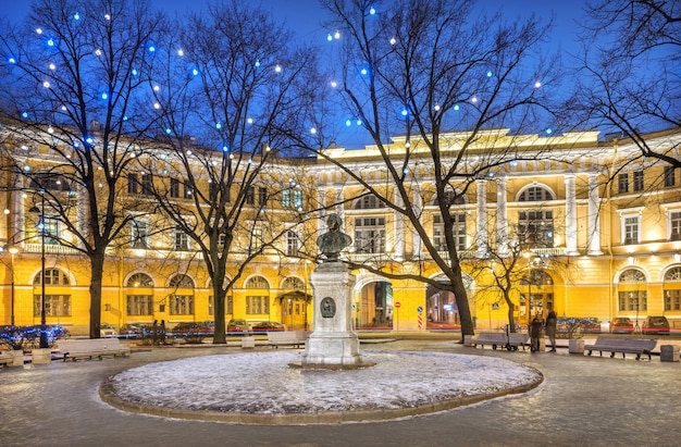 Edificio giallo in piazza lomonosov e busto di lomonosov san pietroburgo