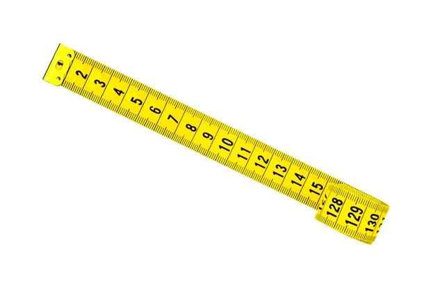 Nastro di centimetro giallo isolato su sfondo bianco