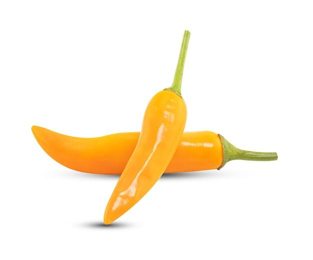 Peperoncino giallo isolato su priorità bassa bianca con il percorso di residuo della potatura meccanica.