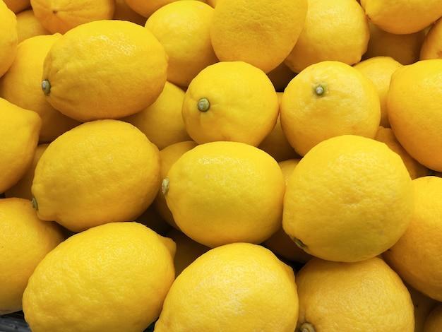 Sfondo giallo limone agrumi o limoni biologici.