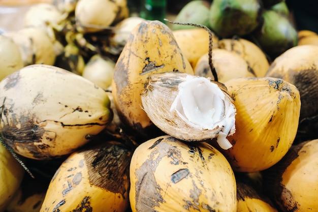 Le noci di cocco gialle sono vendute nel mercato dell'isola di mauritius
