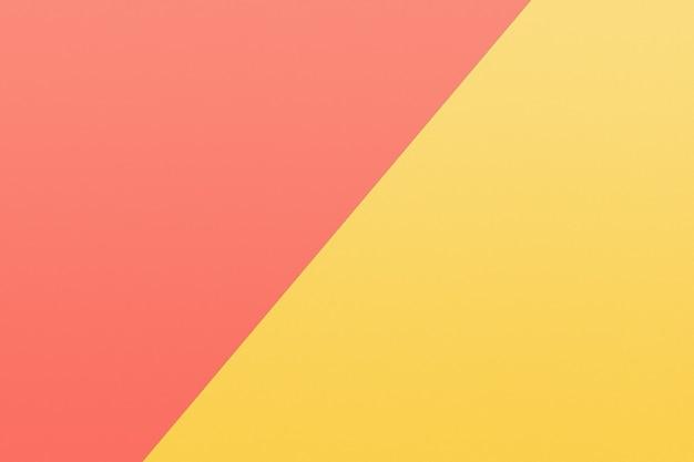 Un pezzo di carta giallo e corallo dai colori pastello