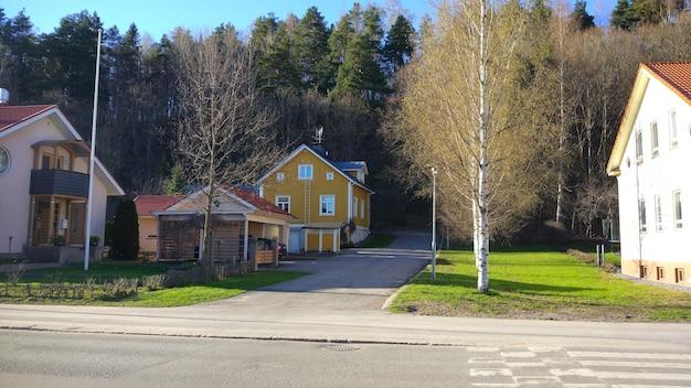 Casa di campagna gialla nel villaggio europeo