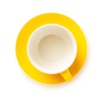 Tazza gialla con piattino isolato su bianco, piatto laici