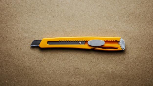 Taglierina gialla su carta riciclata marrone