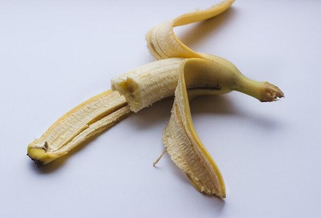 Banana deliziosa gialla su una priorità bassa bianca