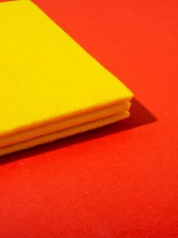 Strofinaccio giallo su fondo rosso