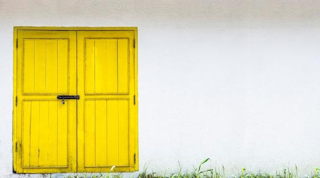 Porta gialla sul muro bianco