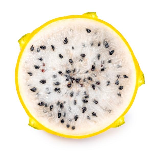Fetta di dragonfruit giallo su superficie bianca