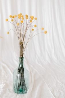 Fiori gialli nel vaso di vetro
