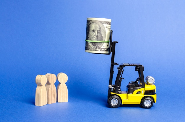 Carrello elevatore giallo sollevato all'altezza del pacco di denaro irraggiungibile per le persone al di sotto del contratto di puzzle del premio principale