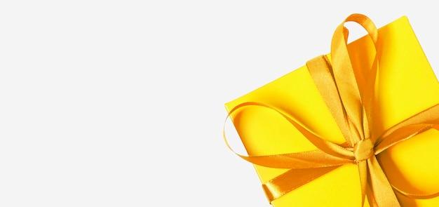 Contenitore di regalo giallo su backgrund bianco. concetto di natale