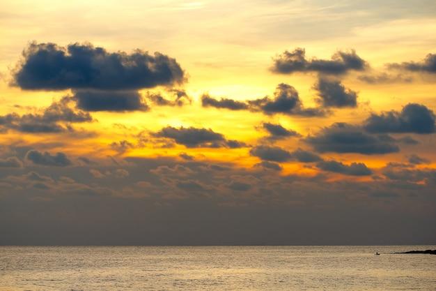 Sera del cielo dell'oro giallo nell'estate dei paesi tropicali