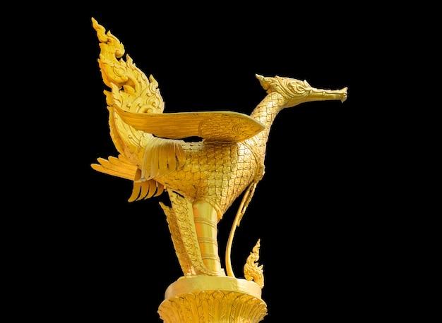 Statua in oro giallo su fondo nero. tracciato di ritaglio