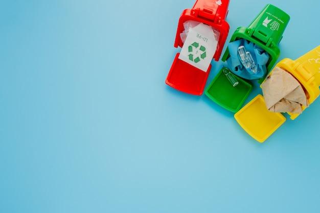 I cestini gialli, verdi e rossi riciclano il simbolo sull'azzurro.