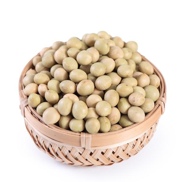 Semi di soia organici non ogm taiwanesi giallo-verdi, fagioli di soia in un contenitore isolato su sfondo bianco, primo piano, percorso di ritaglio.