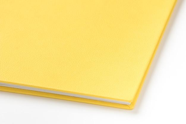 Libro con copertina rigida gialla su sfondo bianco