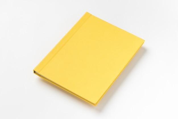 Libro con copertina rigida giallo, isolato su sfondo bianco