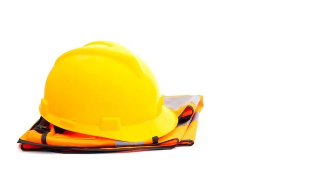 Casco giallo e un'industria di magliette arancione su sfondo bianco