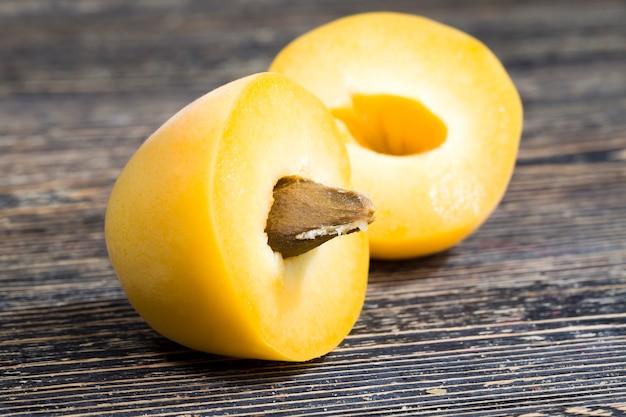 Albicocche gialle fatte in casa tagliate a pezzi per cucinare, deliziose e sane albicocche