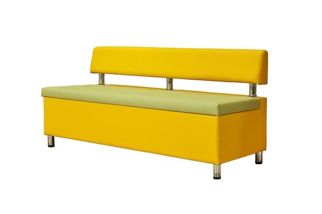 Divano da ufficio in pelle gialla con gambe in metallo cromato isolato su sfondo bianco