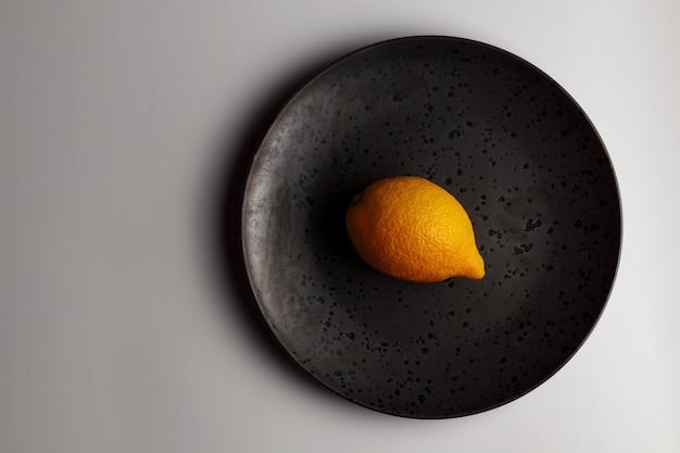 Frutta gialla del limone isolata sulla banda nera