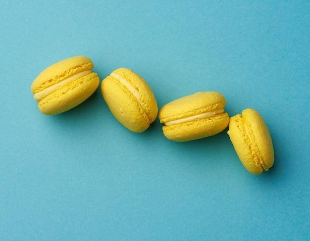 I macarons al forno rotondi di limone giallo torte su un blu