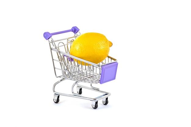 Limone giallo in un carrello del supermercato su un bianco