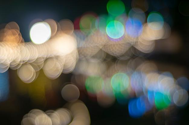 Festa notturna a lampadina gialla.