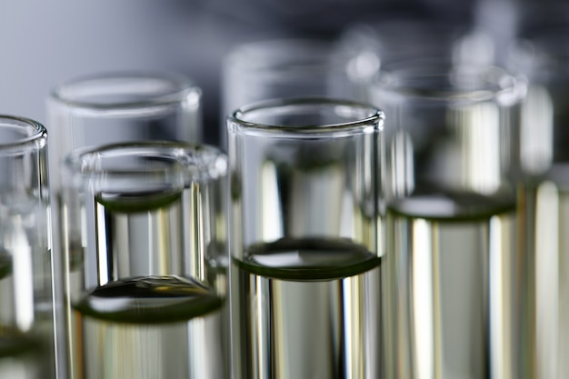 Fornitura innovativa di additivo benzina giallo versato liquido