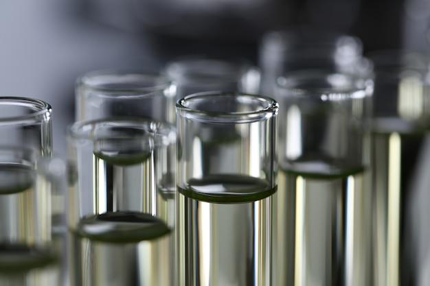Fornitura innovativa di additivo per benzina versato liquido giallo