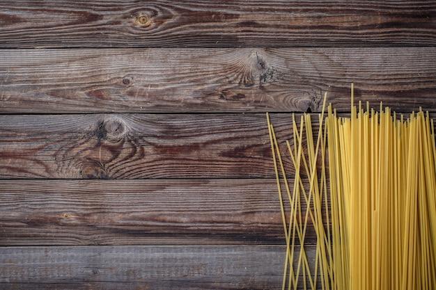 Spaghetti lunghi gialli su sfondo nero. spaghetti crudi.
