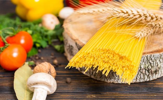 Spaghetti gialli lunghi con un ramo di grano