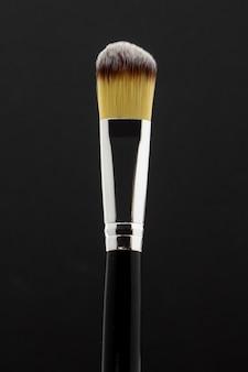 Pennello trucco giallo con sfondo argento e nero