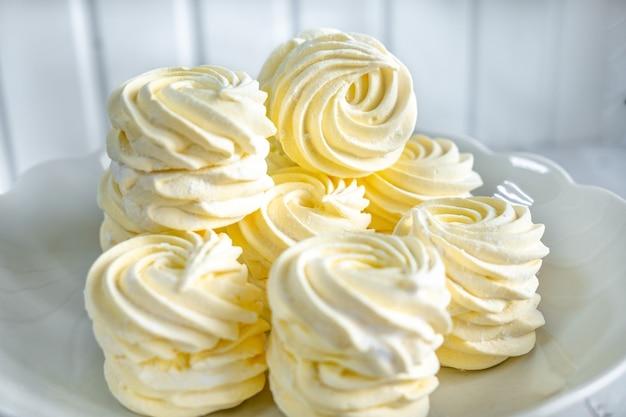 Marshmallow giallo su un supporto bianco
